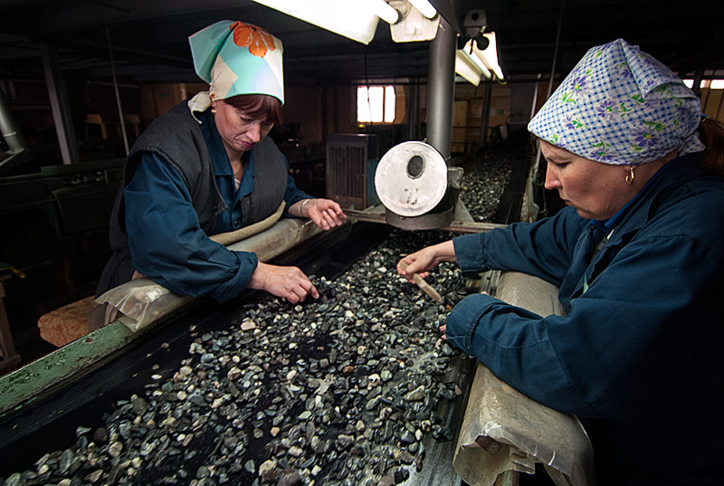 Lotus Gemology Bangkok: Sorters search for emerald and alexandrite at the washing plant of Russia's Malysheva emerald mine. Photo: Richard W. Hughes