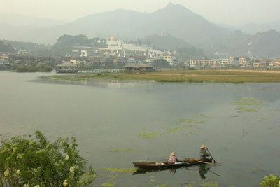 A view of Mogok, its lake (a former gem mine) and pagoda-covered mountains. Photo V. Pardieu, 2004.